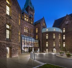 Completed in 2017 in Búfalo, United States. Images by Christopher Payne. Deborah Berke Partners has transformed the central portion of the National Historic Landmark Richardson Olmsted Campus into the Hotel Henry, a. Hotel Architecture, Beautiful Architecture, Architecture Design, Brick Building, Old Building, Buffalo, Boutique, Building Section, New York Studio