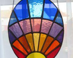 Hecho a pedido ***  Sunburst!  Wow - una maravilla multicolor - un sol amarillo, rodeado por los rayos del arco iris  Qué mejor manera de celebrar la época más del año!  Una pieza muy especial  El es soldadura pulida altamente a un brillo plateado  Como con todos pewtermoonsilver vidrio hecho a un alto estándar de mano de obra. Los colores nunca se desvanecerá. Todavía estar disfrutando esta obra de arte por años  Nota: este artículo se hará a pedido y reafy post 1-2 semanas de pago  Listo…