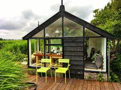 Het Tiny House 'Juffertje in het groen' is licht: overal waar je kijkt, zie je de omgeving. Veel glas dus en de kleur groen in al haar facetten speelt...