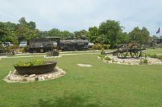 Figure 3– Vue partielle de la splendeur de la cour extérieure du parc historique de la canne-à-sucre dans laquelle sont exposés des objets et un train de l'époque coloniale