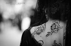 Mantilla. Semana Santa Écija, Sevilla Hay algo más sensual que la curva perfecta de un cuello bajo el velo del encaje?