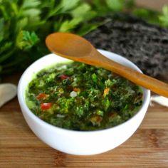 La sauce chimichurri est une sauce argentine classique qui est généralement servies avec des viandes grillées.