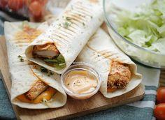 Zinger wraps (krokante hete kip) | Kookmutsjes Crunchwrap Supreme, Tortilla Wraps, Chicken Zinger, Picknick Snacks, Tortillas, Lunch Wraps, Good Food, Yummy Food, Easy Eat