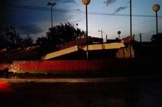 General Acha | Un tornado voló techos derrumbó el arco de entrada y dejó dos heridos  Fuertes vientos de más de 120 kilómetros por hora y una tormenta azotaron el viernes en altas horas de la tarde la localidad de General Acha y hasta derribó el histórico arco de entrada. . Hay una persona hospitalizada y algunos heridos por las voladuras de techos. La ciudad permanecerá hasta el medio día sin energía eléctrica por la caída de postes. Se creó un comité de emergencia.  Fuertes vientos de más…