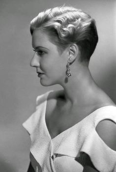 """In the movie """"Public Enemy"""" she was one of his co-stars who Cagney pushed a grapefruit into her face. I know grammar is off too late to figure it out Hollywood Glamour, Golden Age Of Hollywood, Hollywood Actresses, Classic Hollywood, Old Hollywood, Classic Actresses, Actor Secundario, James Cagney, 1920s Hair"""