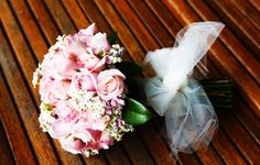 Bouquet of roses in pastel colours and white ericas.