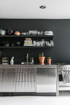 KLEURRIJK INTERIEUR • een keuken van rvs geeft een professionele en industriële look | RVS gives the kitchen a professional and industrial look | vtwonen 04-2018 | Fotografie & styling Sonja Velda