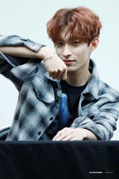 Showing his similiar bracelet with carat's Woozi, Jeonghan, Seventeen Lee Seokmin, Seventeen Debut, Seventeen Memes, Choi Hansol, Won Woo, Vernon Hansol, Joshua Hong