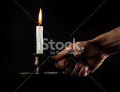 Tällä kynttilänjalalla kelpaa viedä tunnelmaa huoneesta toiseen. Tulitikkuja kannattaa jemmata useampaan paikkaan mikäli liekki sammuu matkalla.