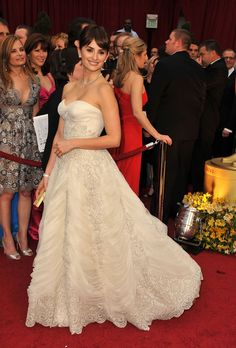 Though not a fan of a ballgown style, this is a dress I could go for