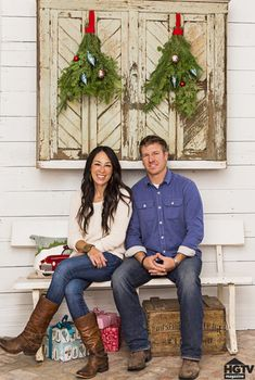 Fixer Upper Hosts Chip and Joanna Gaines Holiday House Tour Estilo Joanna Gaines, Chip Und Joanna Gaines, Chip Gaines, Country Christmas, Christmas Home, Christmas Holidays, Farmhouse Christmas Trees, Christmas Stairs, Christmas Mantles