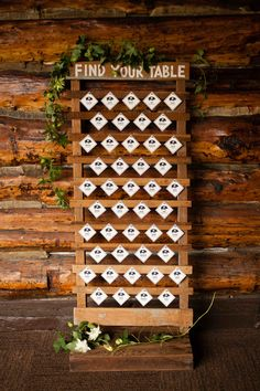 Modern and Rustic display for escort cards - wood palette Table Seating Chart, Wedding Table Seating, Seating Cards, Wedding Signage, Wedding Reception Decorations, Wedding Ideas, Wedding Details, Wood Palette Wall, Log Cabin Wedding