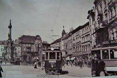 Jedna z tramvají odbočuje do Opletalovy ulice