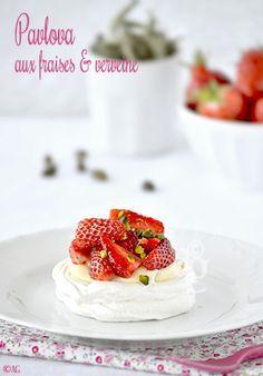 Un dessert que j'aime beaucoup… Frais, fruité et parfumé, assez léger dans cette version avec de la crème à la verveine. Autre différence avec l'originale, j'aime ma meringue bien sèche, croquante et pas moelleuse à l'intérieur. Si non, ça colle...