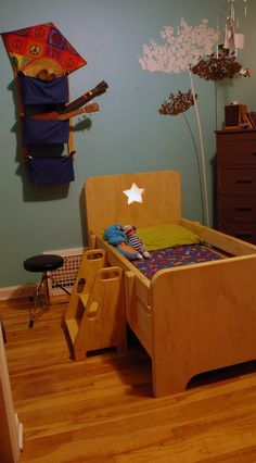 Find out about getting the right timing to switch from toddler crib and more DIY toddler bed ideas which suits your needs. Toddler Floor Bed, Toddler House Bed, Diy Toddler Bed, Toddler Platform Bed, Incredible Hulk Costume, Diy Superhero Costume, Turtle Costumes, Easy Diy, Simple Diy