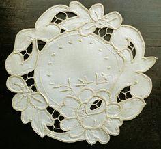 Beige vintage round richelieu embroidery