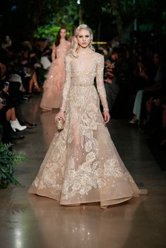 Elie Saab Haute Couture fashion show Style Haute Couture, Couture Fashion, Runway Fashion, Ss15 Fashion, Spring Fashion, Beauty And Fashion, Look Fashion, Fashion Design, Trendy Fashion