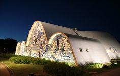 """O projeto """"Caminhos Arquitetônicos"""" realiza uma caminhada cultural pela Pampulha, nesta sexta-feira (23), a partir das 14h. O passeio sai da Casa do Baile e chega até a Igreja São Francisco de Assis, passando por diversos pontos turísticos de Belo Horizonte. A entrada é Catraca Livre."""