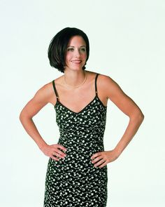 Monica Gellar sporting quite a few trends with long floral dress with spaghetti straps, tiny pearl necklace and chic short hair Chic Short Hair, Short Hair Cuts, Short Hair Styles, Elle Macpherson, Courteney Cox Friends, Short Hairstyles For Women, Cool Hairstyles, Monica Gellar, New Hair Do