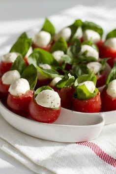 Mini caprese - pomysł na przekąski na imprezę Snack Recipes, Healthy Recipes, Snacks, Healthy Food, Antipasto, Skewers, Caprese Salad, Food Art, Tapas