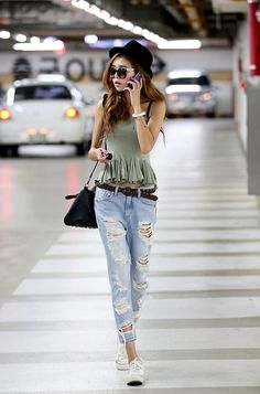 I normally don't like ripped jeans but hers look really cute and loose!~