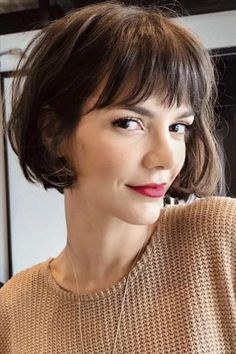 Short and medium bob hairstyle is perfect for spring and summer. Bob Haircut Curly, Messy Bob Hairstyles, Medium Bob Hairstyles, Short Bob Haircuts, Short Hair With Bangs, Short Hair Cuts, Look Fashion, Spring Fashion, Fashion Beauty