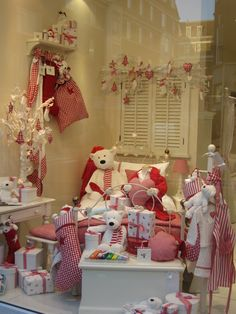 The Little White Company Christmas window display - Advertising Showcase | UTalkMarketing