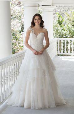 Brautkleid mit Rüschen aus der 2017er Kollektion von Sincerity Bridal #Sincerity #Hochzeitskleid #Hochzeitsmode #Brautmode #weddingdress #weddinggown #Spitze #Tüll