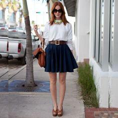 Saia azul com camisa branca