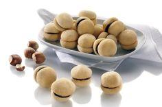La ricetta classica dei biscottini di mandorle, vaniglia e cioccolato è semplice e veloce: esiste forse un pensiero più dolce per stupire chi ami?I baci di dama sono dei biscottini croccanti di pasta …