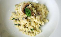 Recette végétarienne Pâtes sauce Alfredo en vidéo Bonjour et bienvenue dans mon blog cuisine . Aujourd'hui nous allons préparer des Pâtes à la sauce Alfredo aux champignons . Pour faire cette recette végétarienne, il faut : 100g de pâtes 100g de champignons...