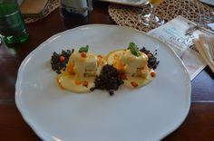A kávéházi süteményválaszték egyik ajánlott tétele a mákos guba - kicsit másképpen. Finom volt, nem csupán esztétikus.