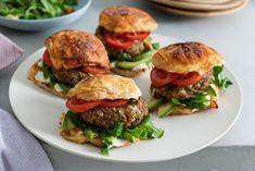 Dit is 'm hoor, de nieuwe half-om-halfburger: half groente, half vlees! En gezond is-ie ook. Health Dinner, Hamburgers, Salmon Burgers, Lunches, Good Food, Chicken, Half, Ethnic Recipes, Om