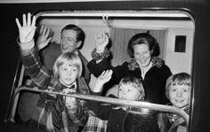 (L) Alexander-Constantijn-Friso en hun ouders in de koninklijke trein naar Lech (NL)
