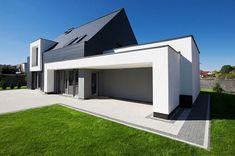 Skromny dom z basenem to pierwsza realizacja architektów skupionych w Nowej Grupie Projektowej Front Entrances, New Home Designs, Modern House Design, Smart Home, Home Fashion, Beach House, Garage Doors, New Homes, Mansions