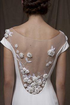 Vetsidos de noiva com costas bordadas com rosas #lelarose #casarcomgosto