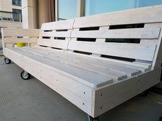 Lounge bench from pallets voordemakers. Pallet Lounge, Pallet Bench, Garden Furniture, Outdoor Furniture, Outdoor Decor, Outdoor Spaces, Outdoor Living, Pallet Tv Stands, Pallet Walls