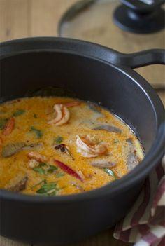 Uno de los platos más famosos de la cocina tailandesa, el Tom Yam Kung o Tom Yum Goong, se trata de una sopa de langostinos con un punto picante y muy aromatizada, con unos matices cítricos que seguro no dejará indiferente a nadie que la pruebe. Thai Recipes, Asian Recipes, Soup Recipes, Cooking Recipes, Healthy Recipes, Eat Thai, Spicy Dishes, Asian Cooking, International Recipes