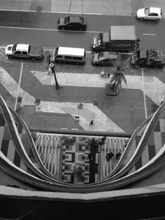 Galeria do Rock em São Paulo, SP Eu escolhi esta foto como artística, pois, a foto foi tirada de um ângulo diferente onde podemos ver detalhes artísticos da arquitetura do local, como o chão estampado, a geometria entre os andares, que vistos do ângulo da foto fazem uma forma diferenciada, assim esta foto foi considerada por mim artística. Foto por: Letícia Almeida