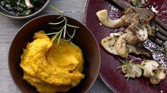 Sieht super aus und schmeckt auch so: Feines Kürbispüree mit gebratenen Pilzen und Kürbiskernwürzöl | http://eatsmarter.de/rezepte/feines-kuerbispueree