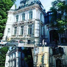 În zona Bisericii Amzei din Capitalei regăsim în prezent casa diplomatului Radu Arion, denumită și Casa Arion, figură politică marcantă a istoriei românilor ce a sfidat guvernul de la Bucureşti în 1946, prin refuzul de a se întorce în ţară şi ascunderea unei părţi importante din arhiva ambasadei României din Grecia.  Clădirea a fost construită într-un stil neogotic cu influenţe neoclasice. În prezent, clădirea poate fi greu de observat, fiind umbrită de două blocuri construite în… Beautiful Stories, Bucharest, Street View, Amazing, Vintage, Vintage Comics, Primitive