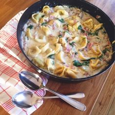 Tortellini in ham and cream sauce with spinach leaves - - Slow Cooker Pasta, One Pot Pasta, Kitchen Recipes, Family Meals, Pasta Recipes, Italian Recipes, Macaroni And Cheese, Main Dishes, Good Food