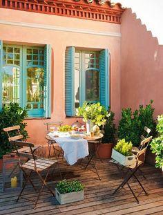 rececion  color mamey acentos turquesa, amarillo y naranja. silon crema dos sillas aqua.