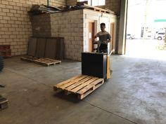 Ejercicio de transpaleta eléctrica de conductor montado en el curso de carretillas elevadoras impartido por iftem en las instalaciones de cesab en Toledo
