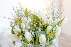 Weiße Tulpen mit Ginster und Eukalyptus zum Wochenende