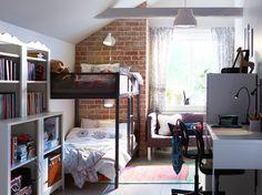 Ein gemeinsames Kinderzimmer mit weißen und offenen Wänden und TUFFING Etagenbettgestell