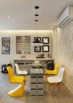 O bar foi montado em nicho embutido na parede, no Estúdio do Designer, ambiente proposto por Patricia Cuimar para a mostra Morar Mais O chique que cabe no bolso. Informações: (21)2189-5460