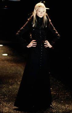 Alexander McQueen Fall 1998 Ready-to-Wear Fashion Show - Jodie Kidd Jodie Kidd, Princess Caroline, Dark Fashion, High Fashion, Fashion Show Collection, Timeless Fashion, Catwalk, Runway Fashion, Alexander Mcqueen