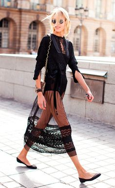 Street atyle look vestido preto rendado e sapatilha