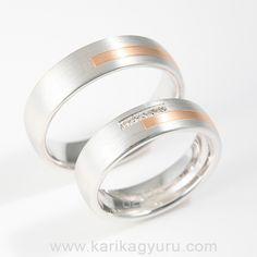 Fehérarany karikagyűrű pár, vörös vagy sárga arany betéttel. A női gyűrű összesen 0,05ct G/vs minősítésű briliánssal díszítve. 14 és 18 karátos aranyból egyaránt készülhet.